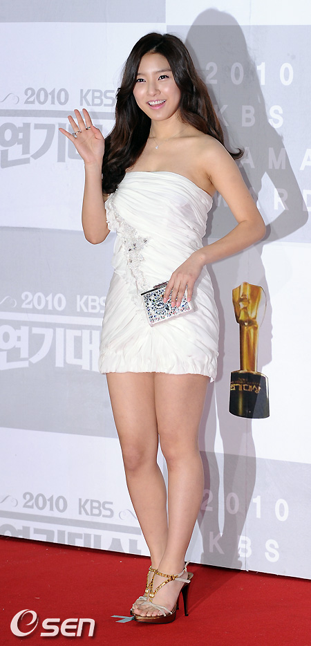 Kim So Eun attended the KBS Drama Awards for 2010 on Dec. 31st. 6df1e6dca576a87b5882dd31